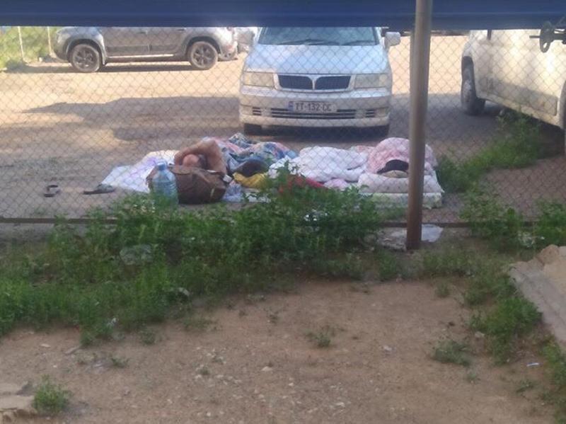 Многодетная семья из Молдовы ночует на автостоянке в Уральске Многодетная семья из Молдовы ночевала на стоянке в Уральске