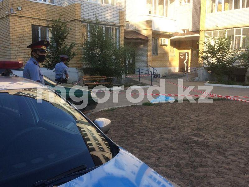 Труп мужчины обнаружили во дворе многоэтажки в Уральске Труп мужчины обнаружили во дворе многоэтажки в Уральске