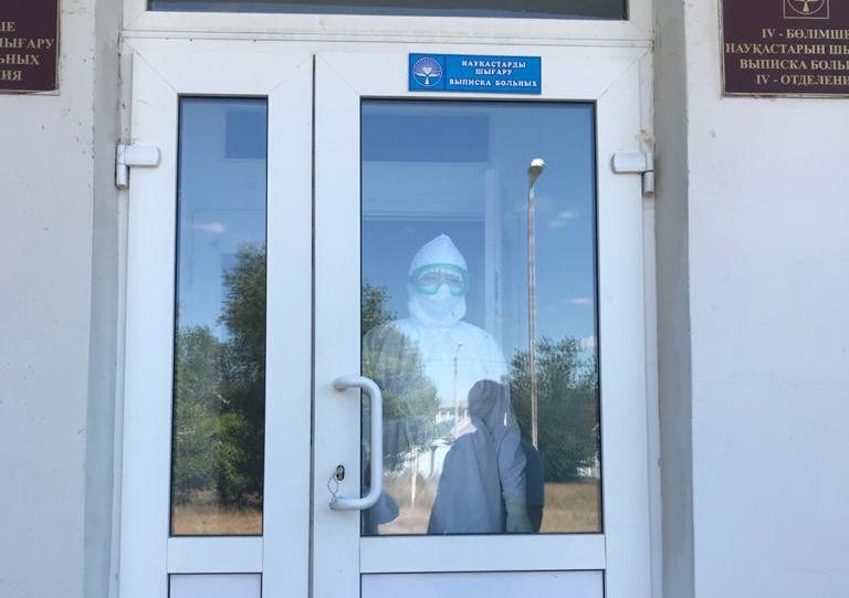Я готов был работать бесплатно: как обычный студент работает санитаром в инфекционной больнице Уральска (без названия)
