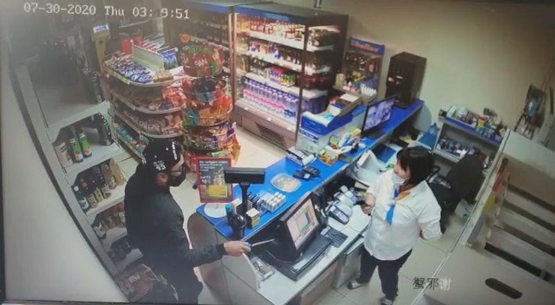 Разбойник угрожал ножом сотрудникам АЗС в Актобе (видео) Разбойник угрожал ножом сотрудникам АЗС в Актобе