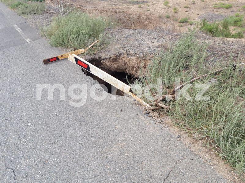 Из-за дождя обвалился асфальт на трассе Атырауской области Из-за дождя обвалился асфальт на трассе Атырауской области