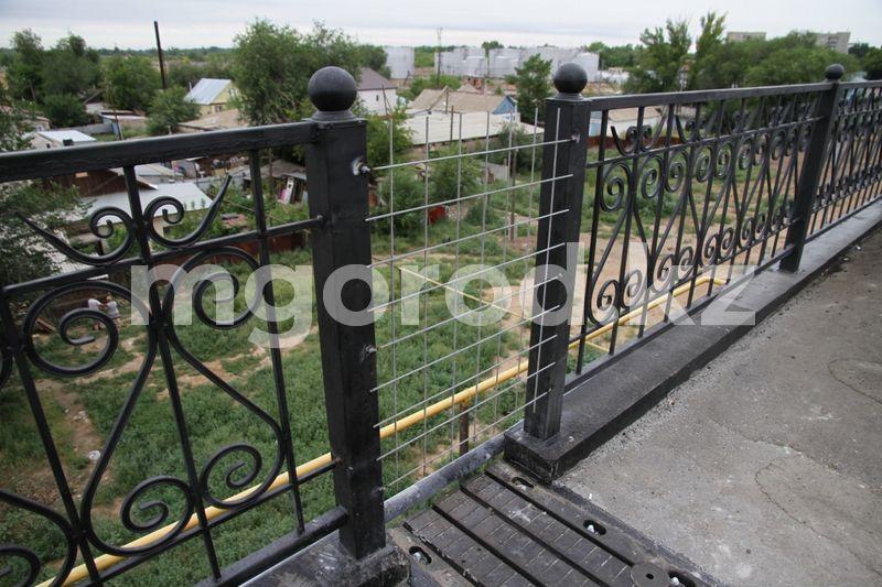 Девушка поссорилась с парнем и решила спрыгнуть с моста в Атырау После семейного скандала девушка пыталась выпрыгнуть с моста в Актобе