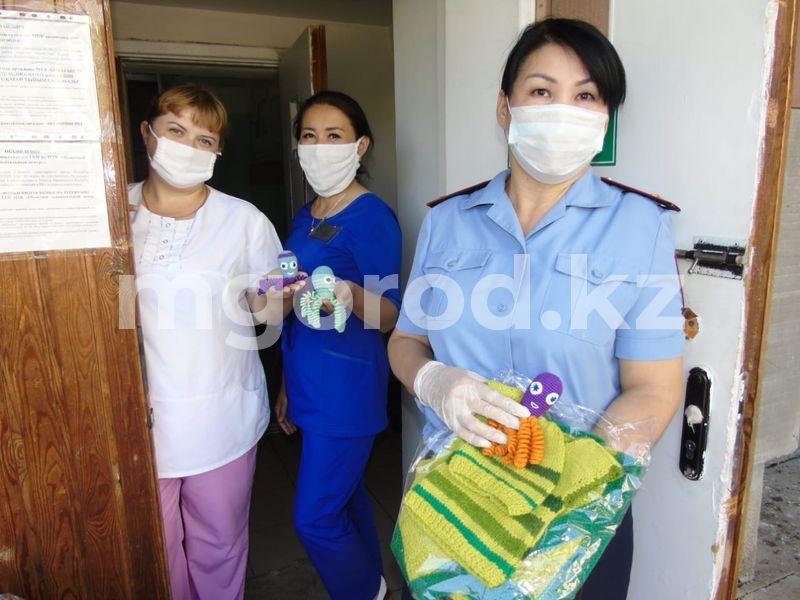 В Уральске сотрудница полиции вяжет носки и пледы для недоношенных малышей В Уральске сотрудница полиции вяжет носки и пледы для недоношенных малышей