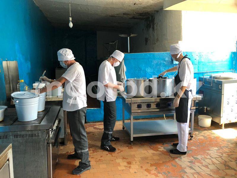 Повар из ресторана готовит для заключенных в Атырау Повар из ресторана готовит для подследственных в Атырау