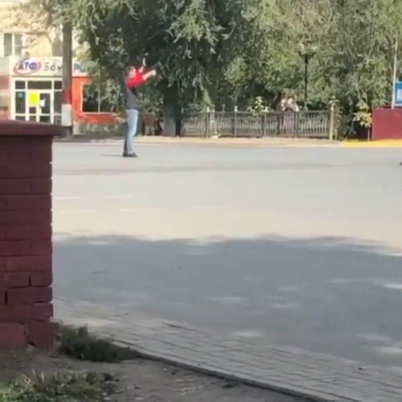 В Уральске мужчина вместо полицейских регулировал движение (видео) В Уральске мужчина вместо полицейских регулировал движение