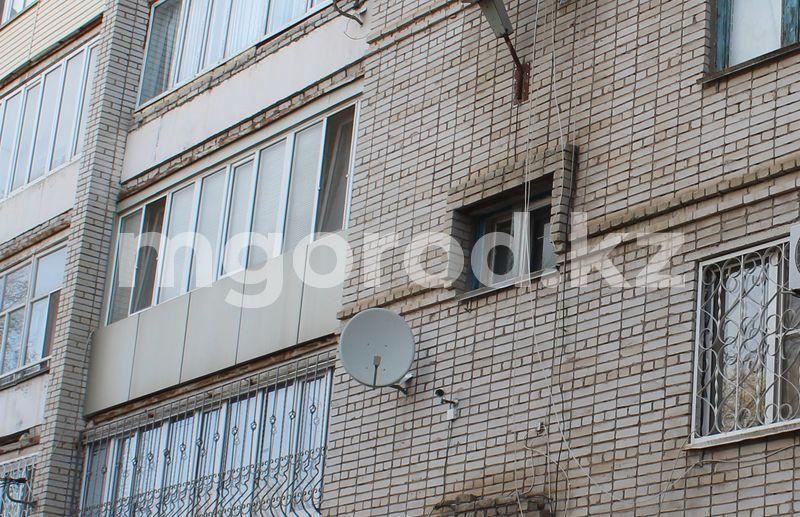 В Уральске пенсионер выбросился с балкона многоэтажки и разбился насмерть Двое грабителей залезли через балкон в квартиру жительницы Актобе