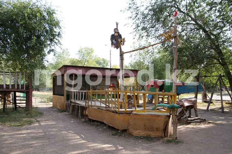 Пенсионер из Уральска 18 лет обустраивал детскую площадку из подручных средств 18 лет строил детскую площадку пенсионер в Уральске