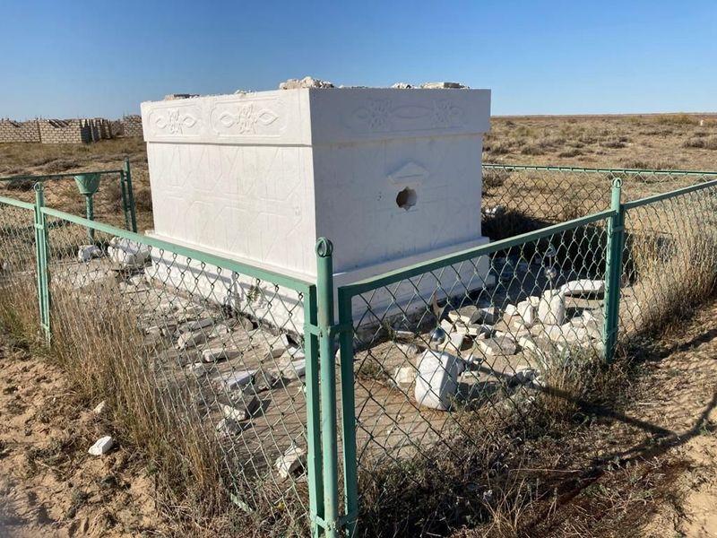 Гробницу и могилы разгромили в Атырауской области (фото) Гробницу и могилы разгромили в Атырауской области
