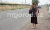 Бросает кирпичи в машины, ходит голая по улице - жители дач в ЗКО просят избавить их от агрессивной соседки