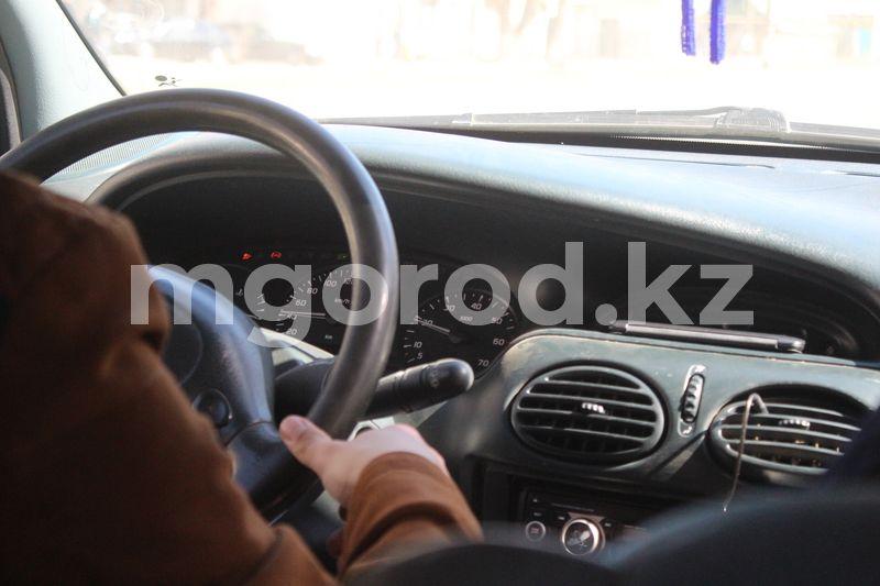 В Атырау водитель авто отвлекся на телефон и врезался в столб В Атырау водитель авто отвлекся на телефон и врезался в столб