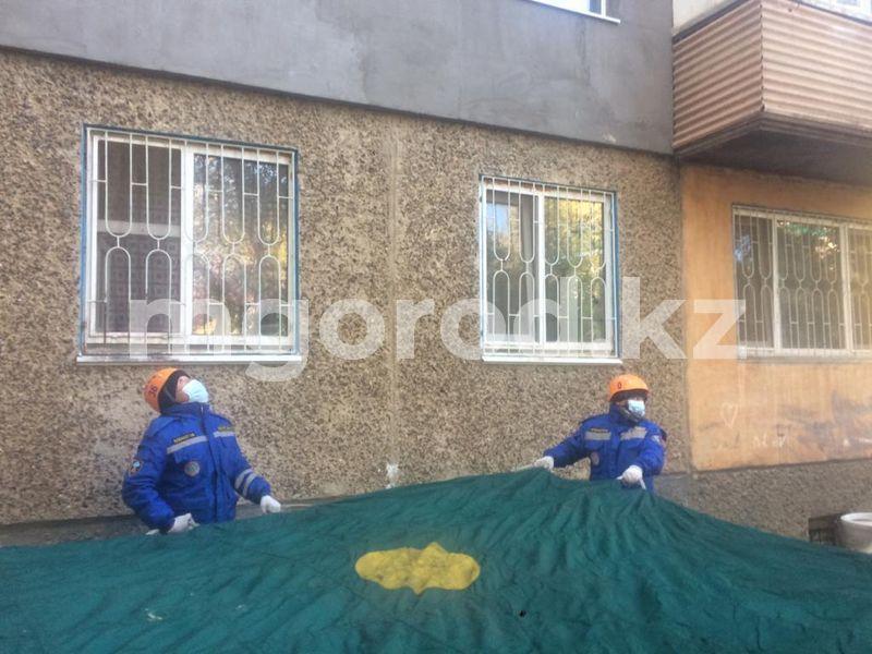 Женщина пыталась выпрыгнуть из окна многоэтажки в Уральске Женщина пыталась выпрыгнуть из окна четвертого этажа в Уральске
