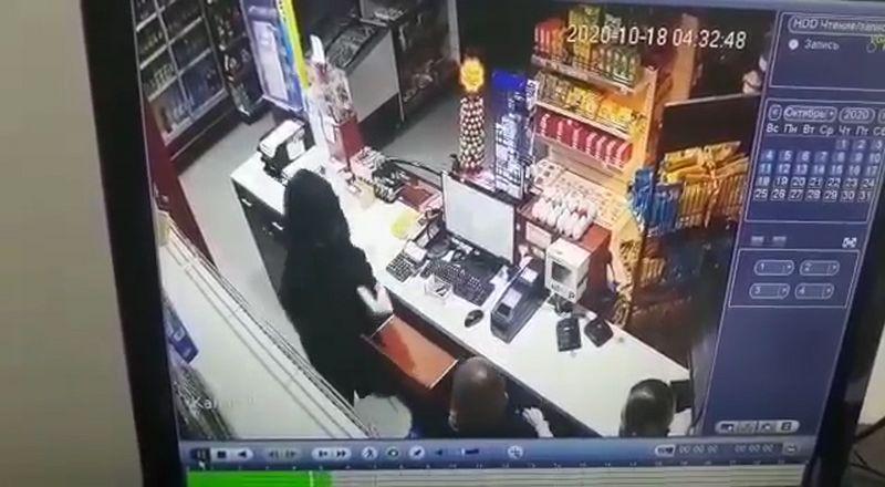 В ЗКО мужчина, угрожая ножом, ограбил АЗС (видео) В ЗКО 23-летний мужчина угрожая ножом забрал деньги из кассы АЗС (видео)
