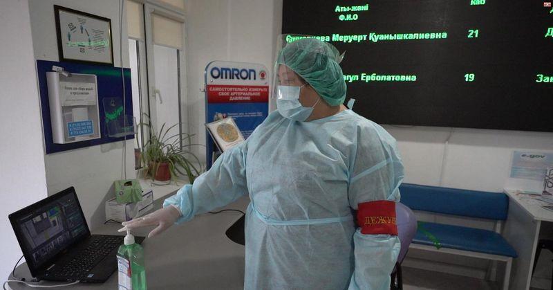 В Атырауской поликлинике робот начал измерять температуру на входе В Атырауской поликлинике робот начал измерять температуру на входе