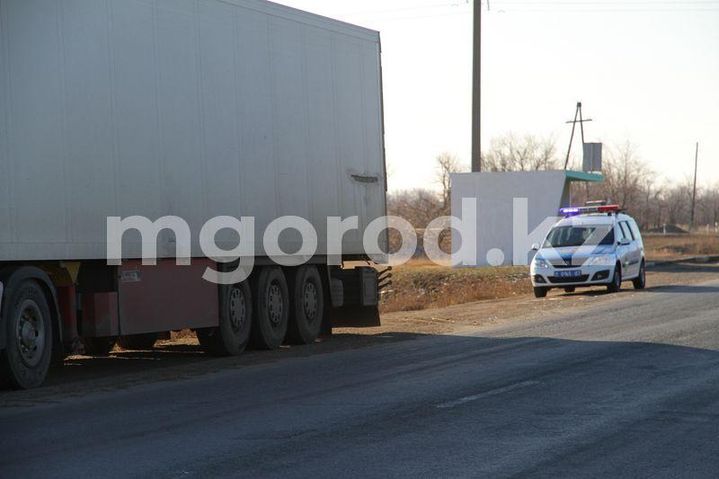 Или мы им помогаем, чтобы они проезжали, или ваша система не работает - аким ЗКО о перегруженных фурах и разбитых дорогах Месяц полицейские присматривают за брошенной фурой на трассе в Уральске (фото)