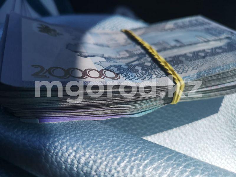 В Аксае работник банка оформил кредит на постороннего человека Товарный кредит на 765 тысяч тенге оформила жительница Уральска на имя другого человека