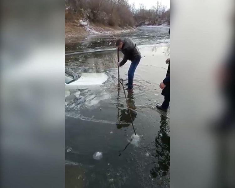 Audi провалилась под лед на реке ЗКО (видео) Audi провалилась под лед на реке ЗКО