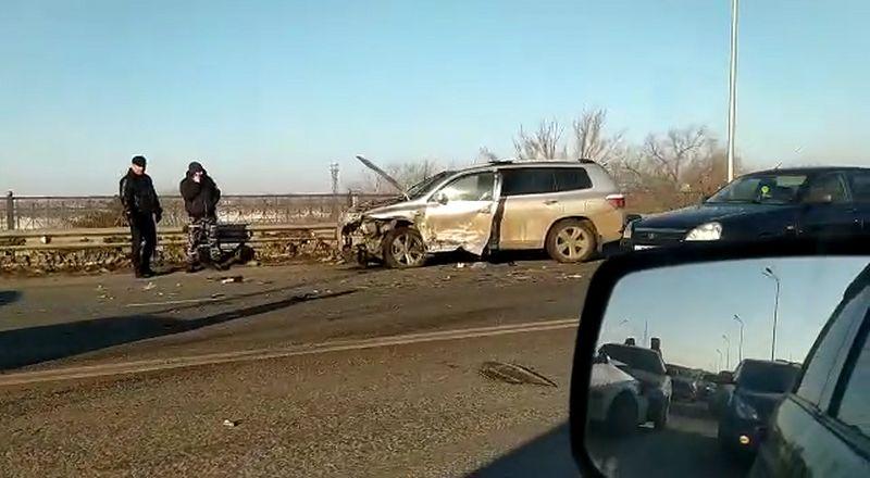Огромные пробки образовались в Уральске из-за аварии на мосту (видео) Огромные пробки образовались в Уральске из-за аварии на мосту (видео)