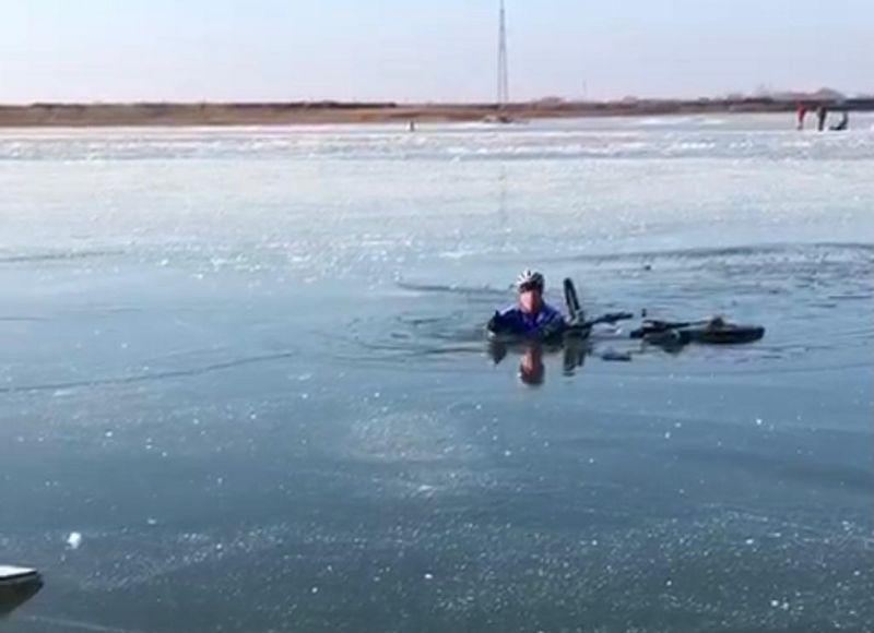 Велосипедист провалился под лед в Атырау (видео) Велосипедист провалился под лед в Атырау (видео)