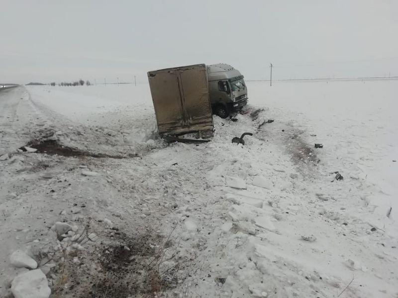 Пассажир большегруза погиб в аварии на трассе в ЗКО Водитель большегруза погиб в аварии на трассе в ЗКО