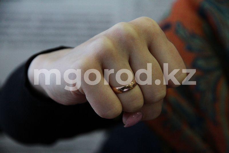 Алматинку избили в караоке-клубе Три женщины подрались перед рестобаром в Атырау