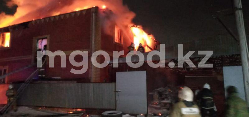 Как будто злой рок: пожар полностью уничтожил дом погибшего в аварии жителя Атырау Двухэтажный жилой коттедж сгорел в Атырау (фото)