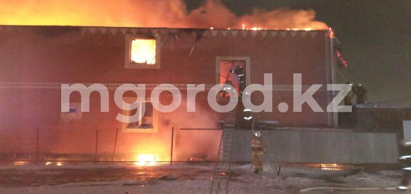 Двухэтажный жилой коттедж сгорел в Атырау (фото) Двухэтажный жилой коттедж сгорел в Атырау (фото)