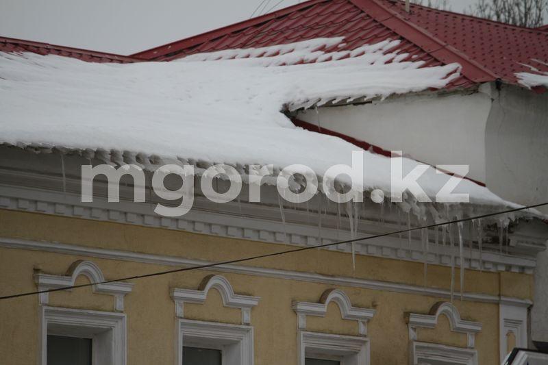 Погода на 8 марта Жители Уральска обеспокоены свисающими с крыш сосульками и снегом (фото)