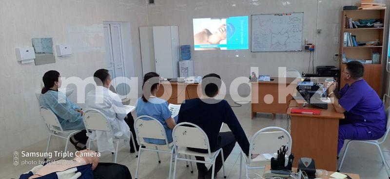 Врачи из Великобритании и Австралии работают в райбольнице ЗКО Аксай врачи