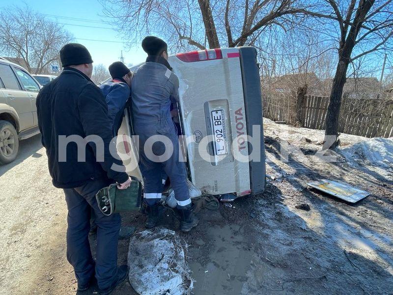 Toyota упала на бок после столкновения с легковушкой в Уральске (фото) Минивэн Toyota упал на бок после столкновения с легковушкой в Уральске