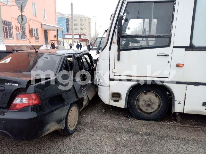 Автобус с пассажирами попал в ДТП в Актобе Автобус с пассажирами попал в ДТП в Актобе