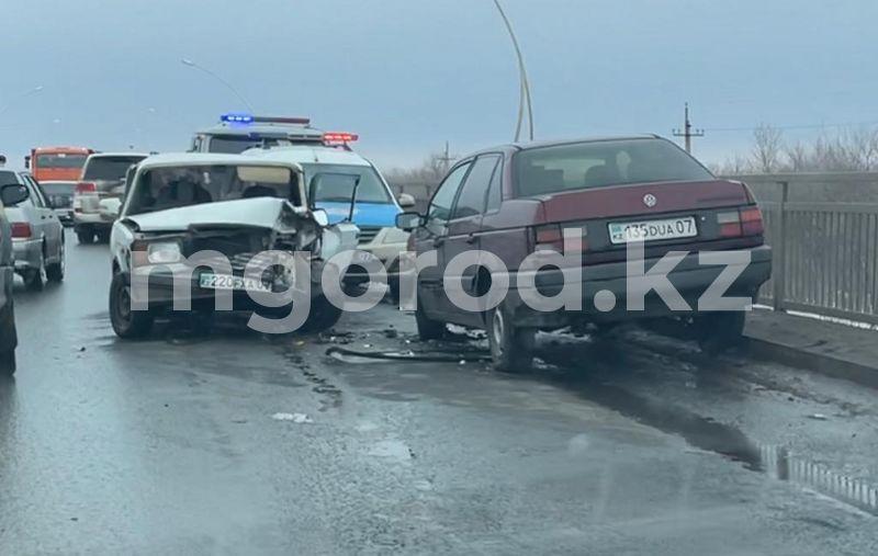 В ЗКО на мосту столкнулись два автомобиля В ЗКО на мосту столкнулись два автомобиля