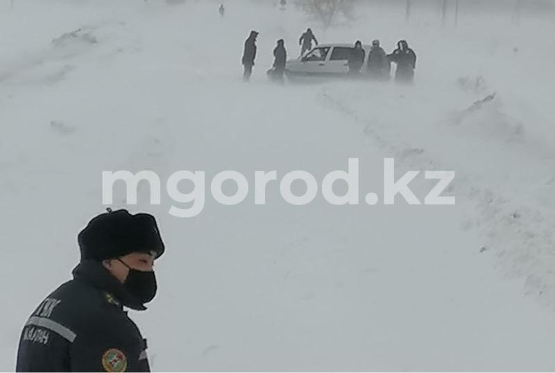 Два школьных автобуса застряли в снежном заносе в Уральске Два школьных автобуса застряли в снежном заносе в Уральске