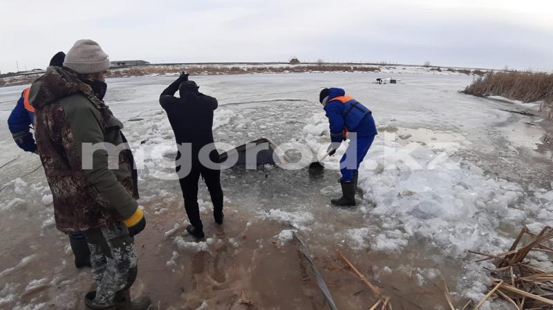 Два внедорожника провалились под лед в ЗКО (фото, видео) Внедорожник провалился под лед в ЗКО (фото, видео)