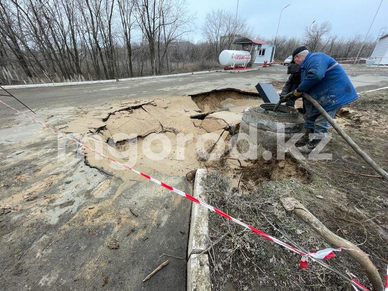 Асфальт провалился возле АЗС в Уральске Асфальт провалился возле АЗС в Уральске