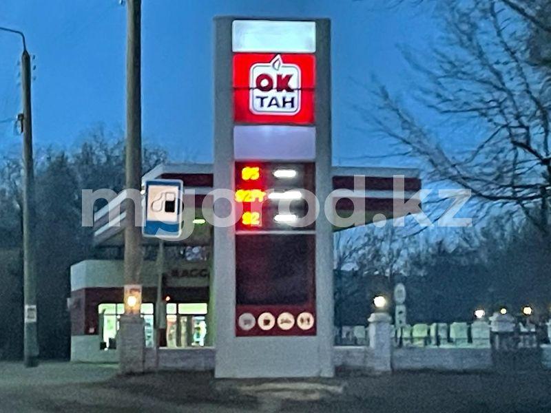 В Уральске подорожал бензин. Часть АЗС отпускают топливо только по талонам В Уральске подорожал бензин. Часть АЗС отпускают топливо только по талонам