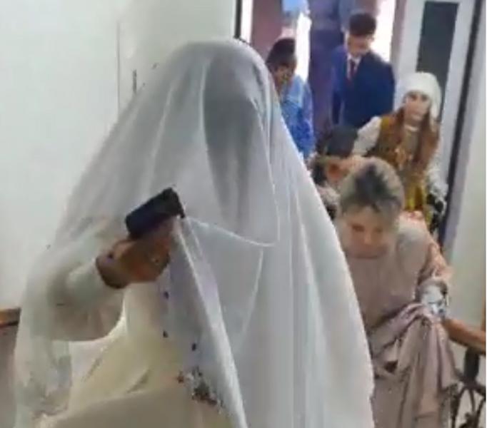 Гости со свадьбы прятались в подвале ресторана в Уральске (видео) Гости со свадьбы прятались в подвале ресторана в Уральске (видео)
