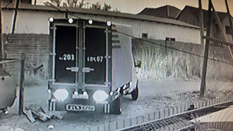 Жители Атырау сняли на видео, как машина из ЗКО вываливает мусор у них во дворе Жители Атырау сняли на видео, как машина из ЗКО вываливает мусор у них во дворе
