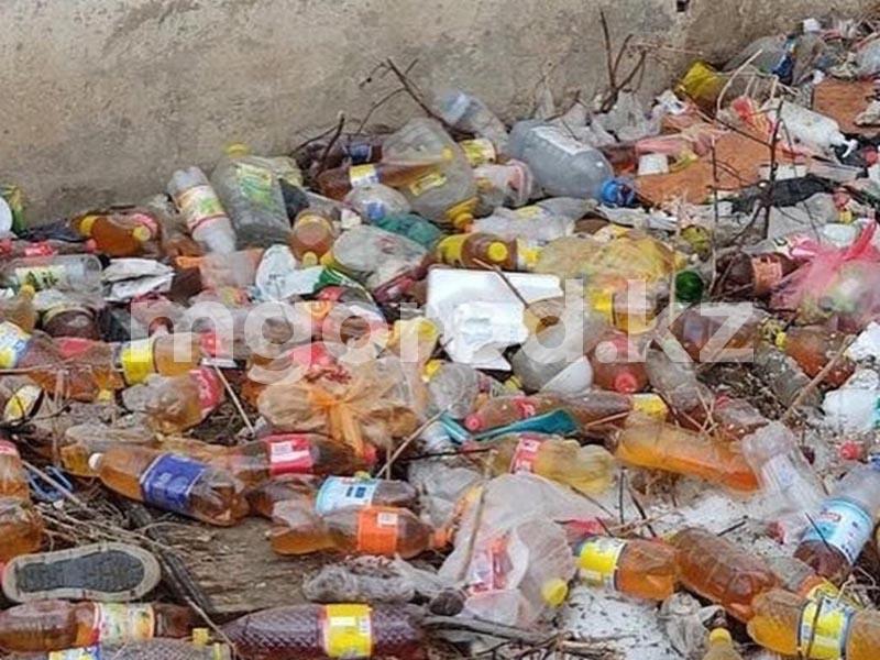 Мочу в бутылках выбрасывают из окон жители многоэтажки в Уральске Мочу в бутылках выбрасывают из окон жители многоэтажки в Уральске