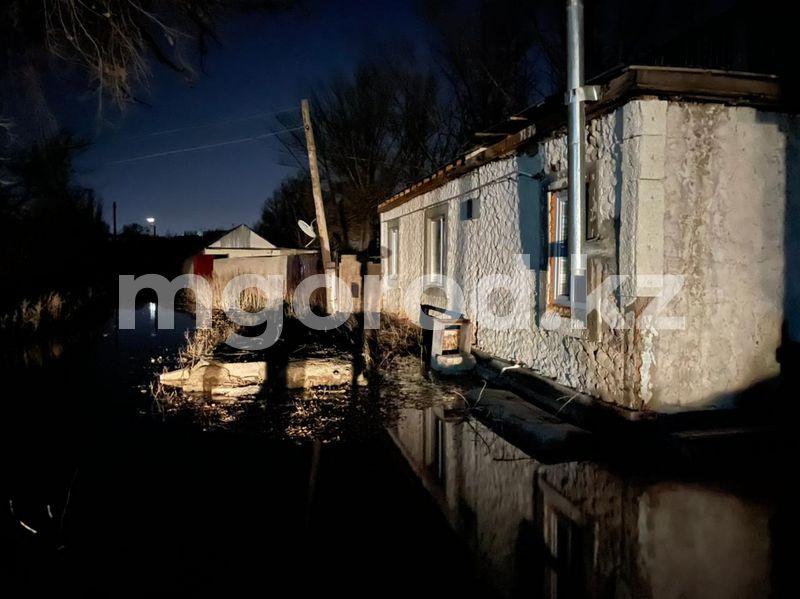 Жителей Актобе эвакуировали из-за угрозы подтопления домов Жителей Актобе эвакуиовали из-за угрозы подтопления домов