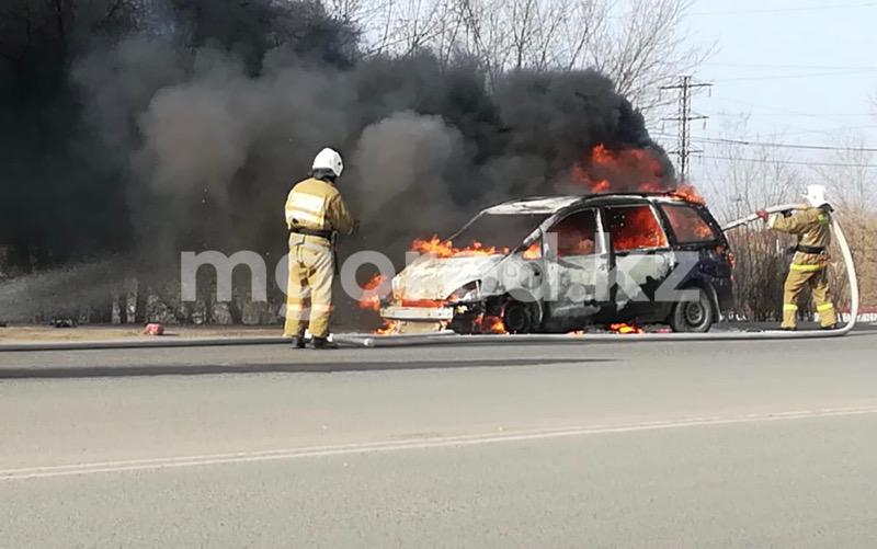 Машина сгорела в Уральске (видео) Машина сгорела в Уральске (видео)