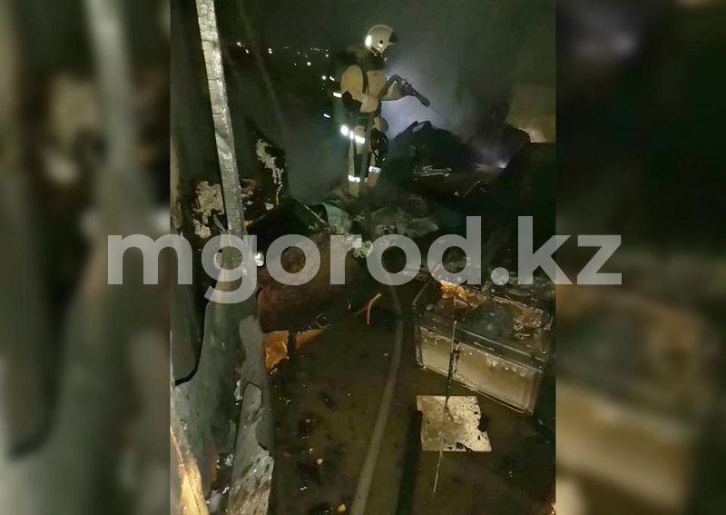 41 человека эвакуировали из горящего общежития в Уральске (видео) 41 человек эвакуировали из горящего общежития в Уральске (видео)
