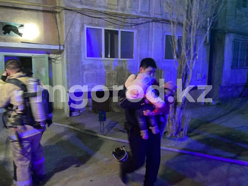 11 детей вытащили из горящей многоэтажки в Атырауской области (видео) 11 детей вытащили из горящей многоэтажки в Атырауской области (видео)