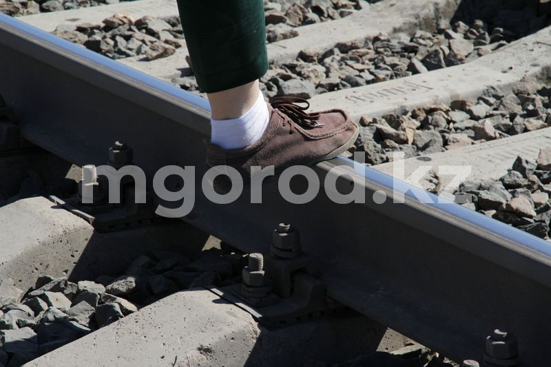 Шесть человек погибли на участке железной дороги в Уральске Шесть человек погибло на одном участке железной дороги в Уральске