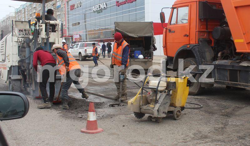 В Уральске начали латать ямы на дорогах В Уральске начали латать ямы на дорогах