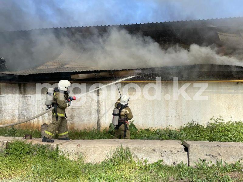 Пожарный поезд использовали для тушения горящего склада стройматериалов в Уральске Склад строительных материалов горит в Уральске (фото)