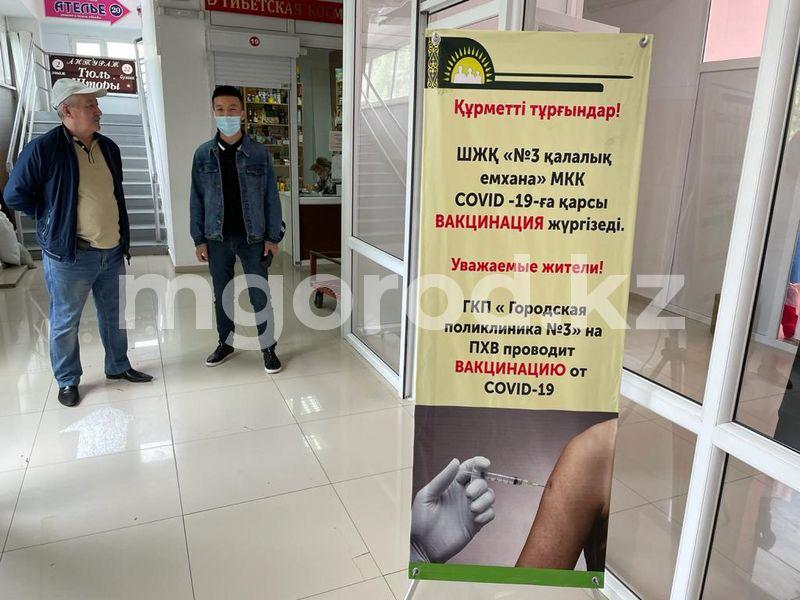 Уральцев начали вакцинировать от COVID-19 в торговом доме Уральцев начали вакцинировать на рынке