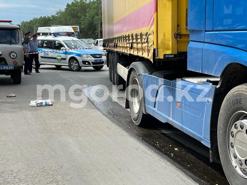 Большегруз насмерть сбил женщину в Уральске (фото) Большегруз насмерть сбил женщину в Уральске (фото)