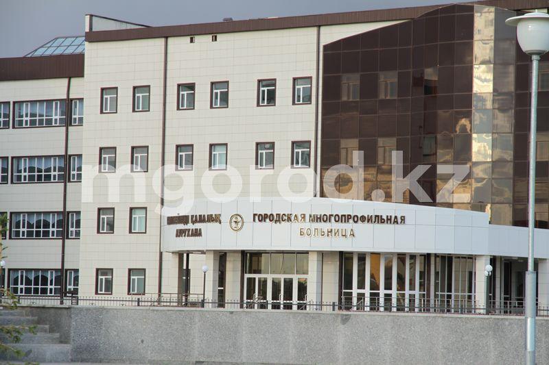 Мужчина разбился насмерть, выпав из окна больницы в Уральске Мужчина выпал с третьего этажа больницы в Уральске