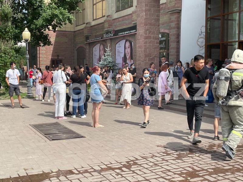"""Посетителей и продавцов эвакуировали из ТЦ """"Атриум"""" Посетителей и продавцов эвакуировали из ТД """"Атриум"""""""