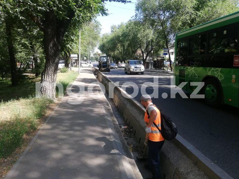 Санитарная очистка улиц проходит в Алматы Санитарная очистка улиц проходит в Алматы